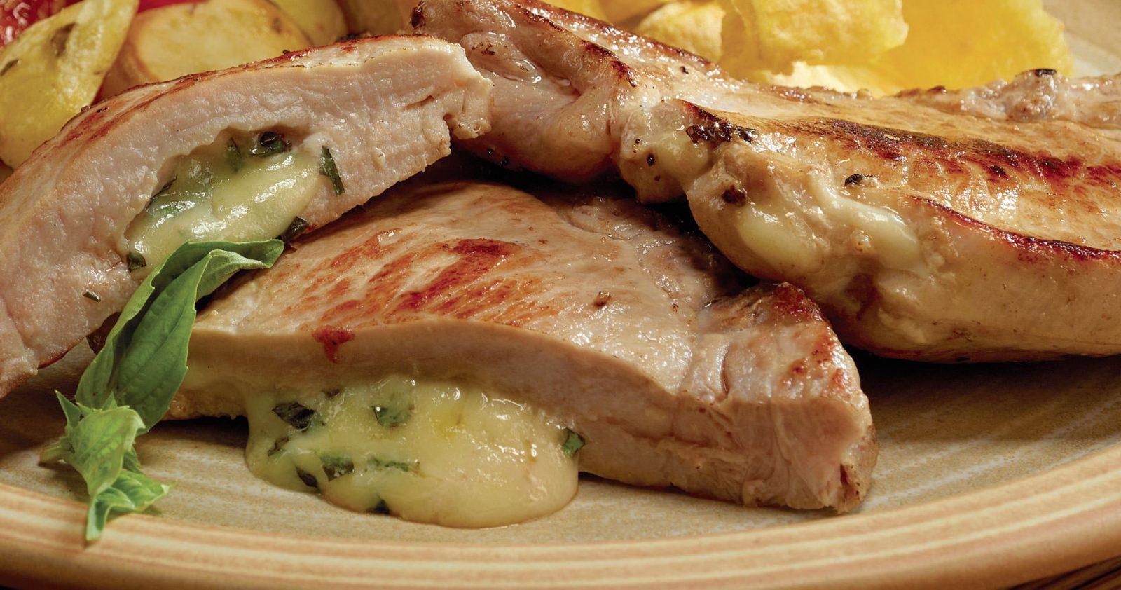 Chuleta de Brazo de Cerdo rellena de queso y albahaca