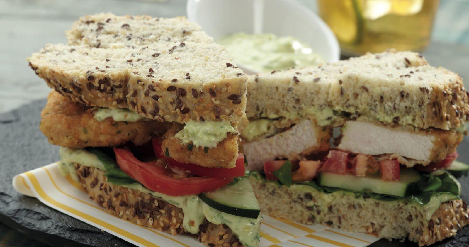 Sandwich de Bota de Cerdo apanado con mayonesa de aguacate