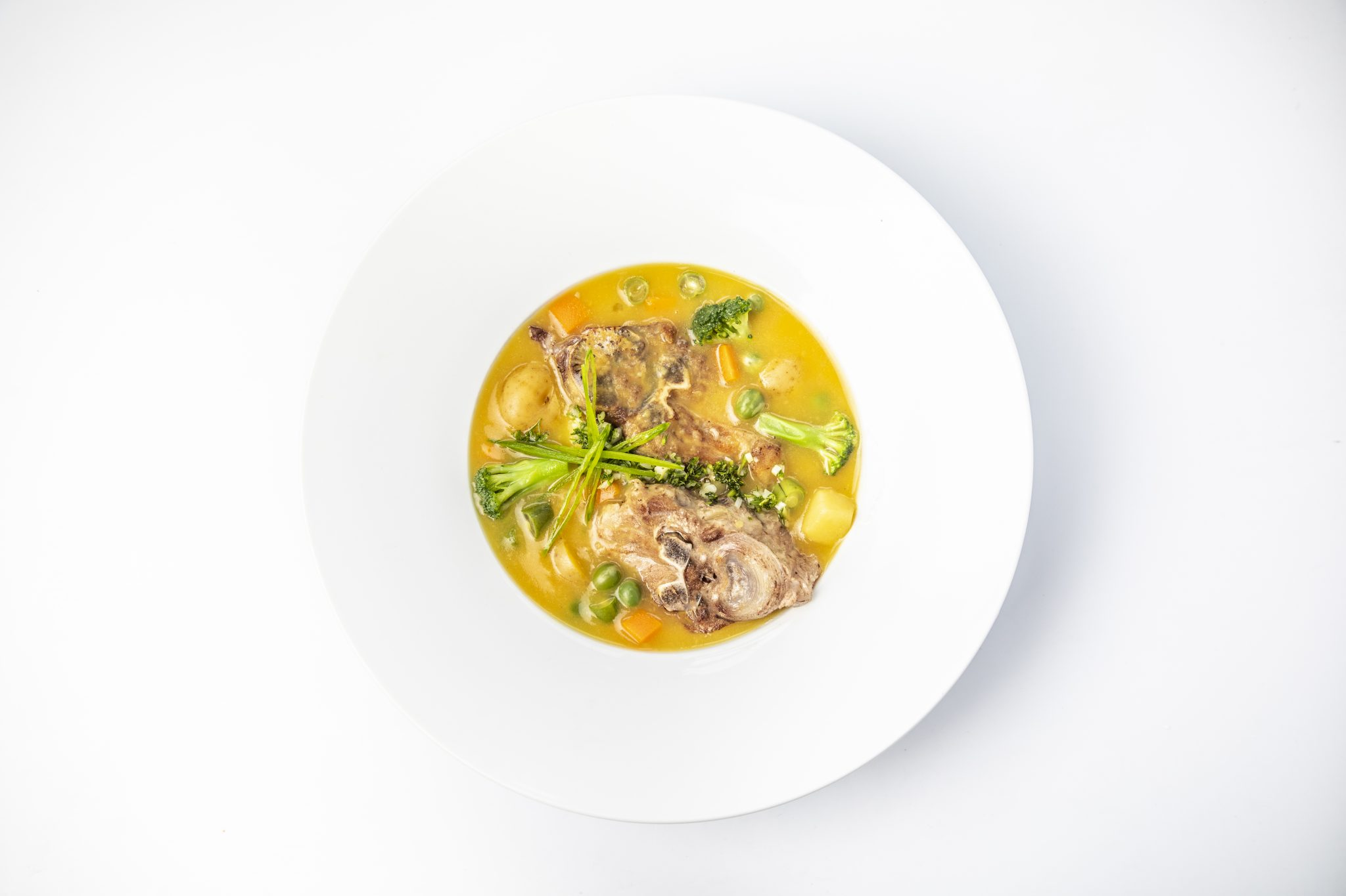 Sopa de vegetales con espinazo de cerdo